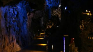 The world of deep blue lakes and bats with blue light flashing – Ryusendo Cave (Iwate Prefecture)